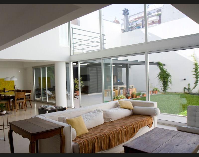 Un duplex avec des baies vitrées