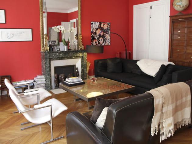 mur rouge clatant au salon. Black Bedroom Furniture Sets. Home Design Ideas