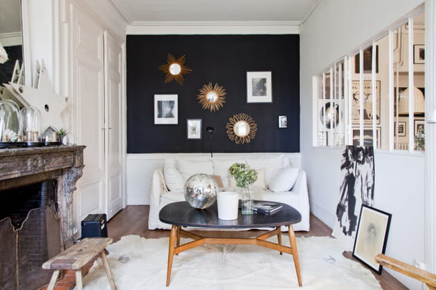 Salon blanc au mur noir