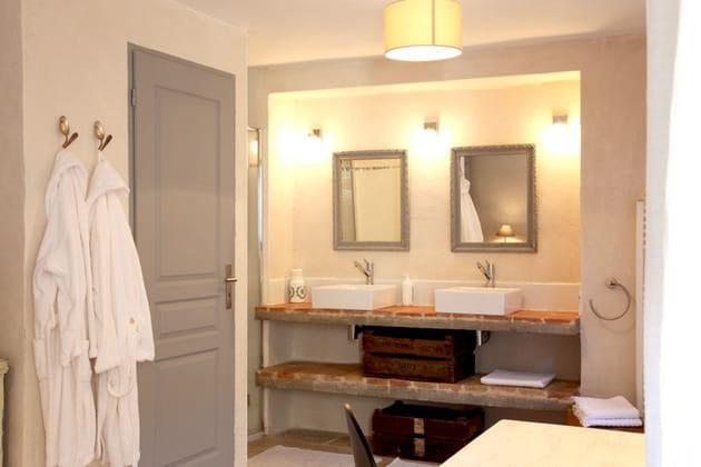 Salle de bains encadrée