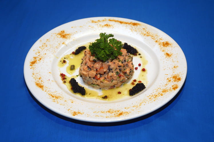 Tartare de saumon et oeufs de lump au curry thaï