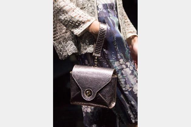 Le sac à main avec sangle du défilé Giorgio Armani