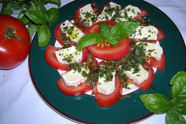 Salade de tomates au chèvre et au basilic