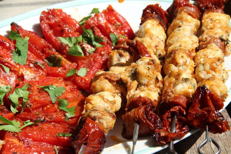 Brochettes de queue de lotte marinée, chorizo et tomates séchées à la plancha
