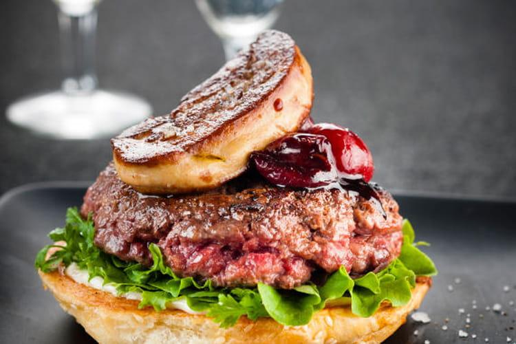 Burger au foie gras et sauce cerise