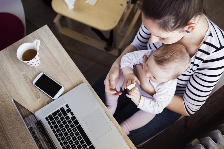 Les femmes travaillent plus que les hommes