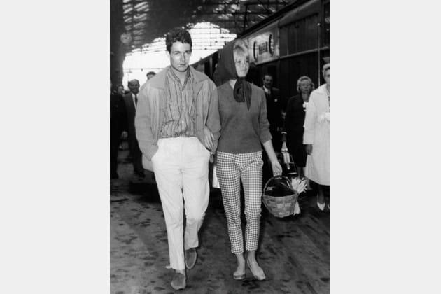 Brigitte Bardot en pantalon vichy et fichu