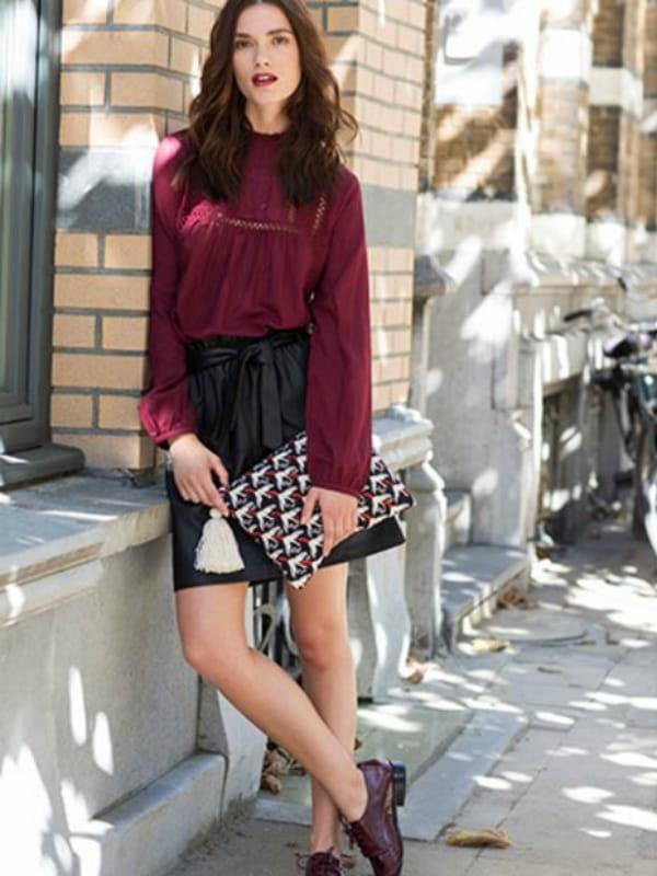4eaa78460b blouse victorienne jupe noire derbies bordeaux et pochette imprim e de  promod