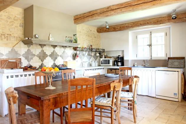 Une cuisine en L provençale traditionnelle