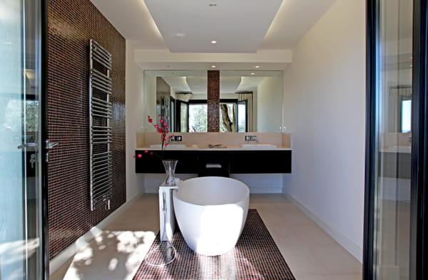 salle-bains-mosaique-mobilier-minimaliste