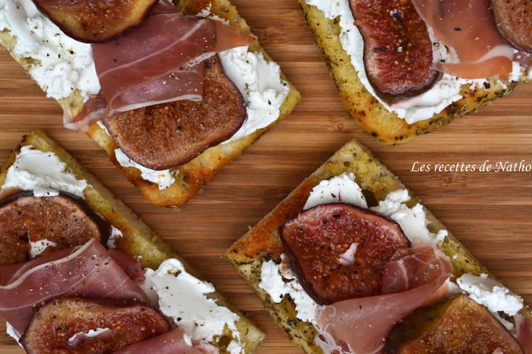 Focaccia garnie au chèvre frais, figues poêlées au miel et jambon de Parme
