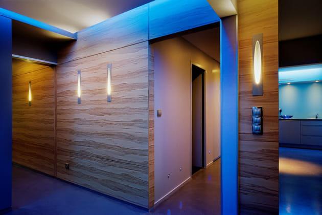 Une entrée habillée en bois de pommier