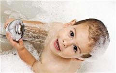 les bains et les savons agressifs pour la peau risquent de déclencher une