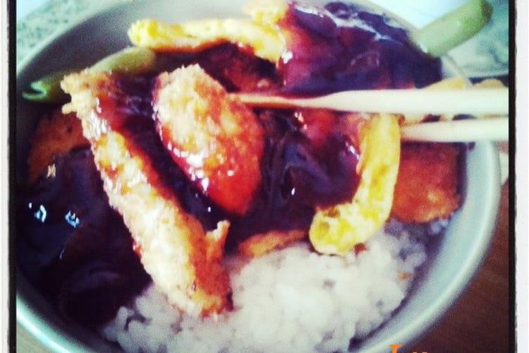 Katsudon (plat japonais, porc pané riz à sushi bouillon sauce soja et oignons, légumes verts)