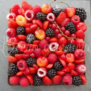 tarte aux fruits rouges sur son palet breton