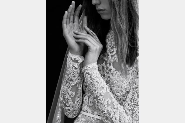 Une robe de mariée à manches longues