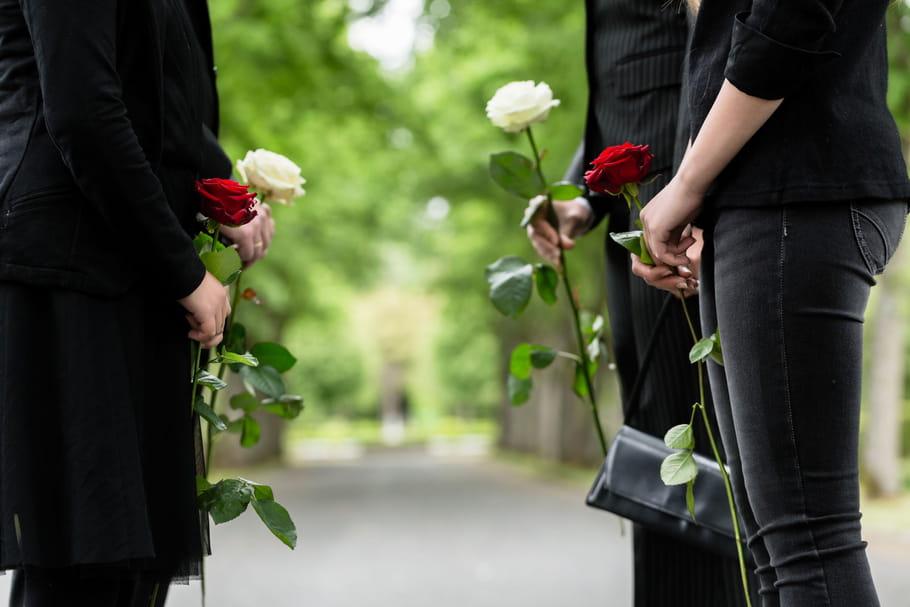 Comment s'habiller pour un enterrement ? Les règles d'un dress code délicat