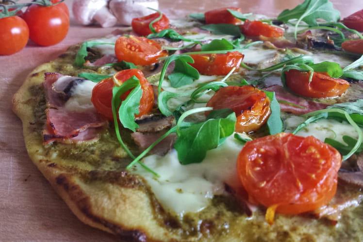 Pizza au pesto, jambon et champignons