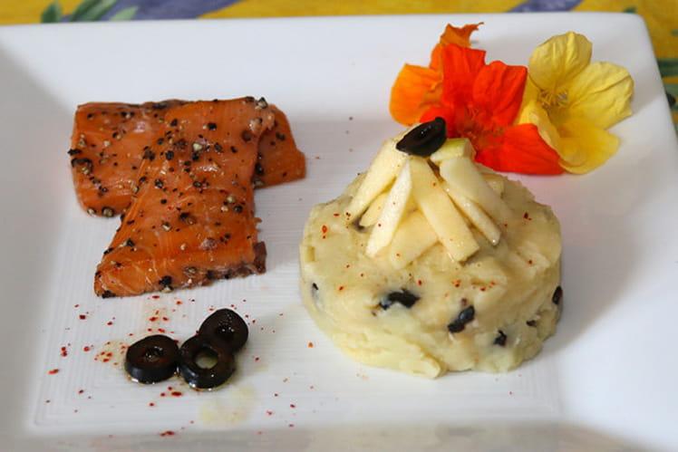 Saumon au poivre, écrasé de pommes de terre aux olives noires et à l'huile d'olive, croquant de granny au citron vert