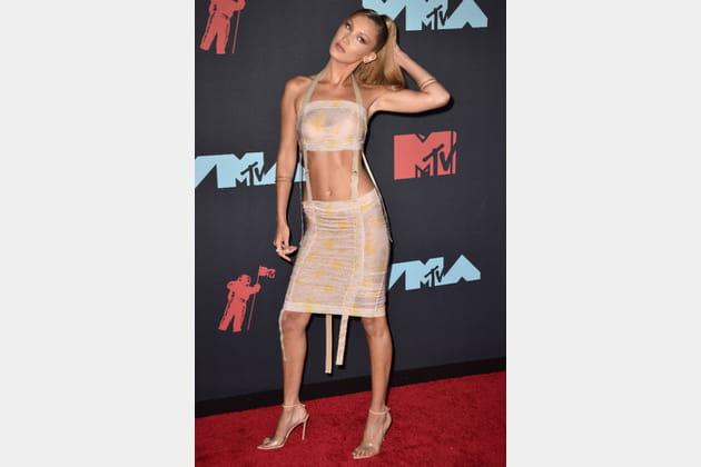 FLOP: Bella Hadid en robe sanglée