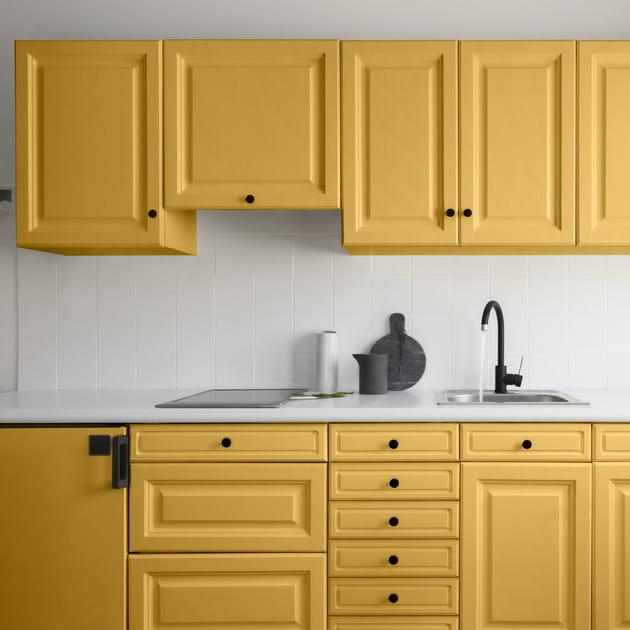 Du jaune sur les meubles de cuisine rustique