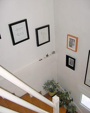 cette lectrice a décoré sont escalier avec des tableaux