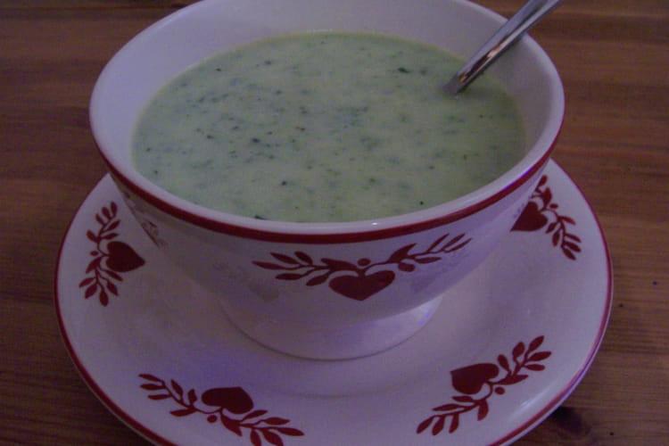 Soupe de courgettes à l'oignon, ail et cerfeuil