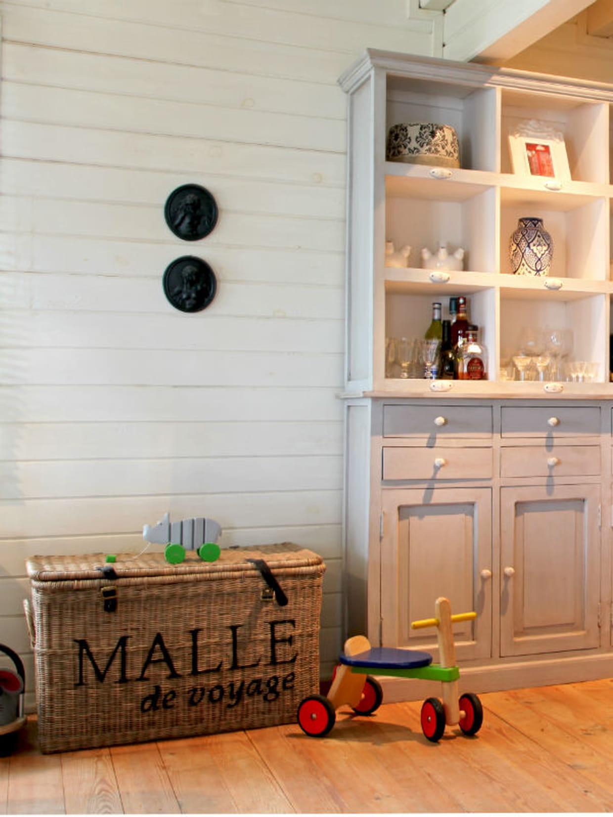 une grande malle en osier. Black Bedroom Furniture Sets. Home Design Ideas