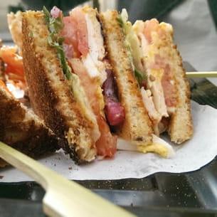 club sandwich de veau, tomates et riquette, sauce tonato