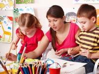 en maternelle, les enfants découvrent de nouvelles activités manuelles.