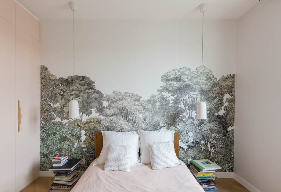 Chambre blanche au décor forestier