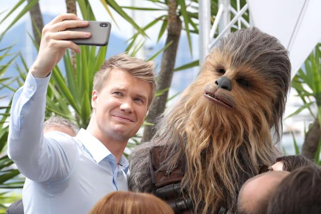 Joonas Suotamo prend un selfie avec Chewbacca