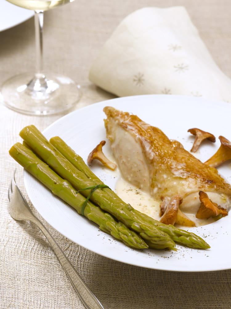 Recette de supr me de volaille aux asperges vertes et sauce aux girolles la recette facile - Cuisiner les asperges vertes ...