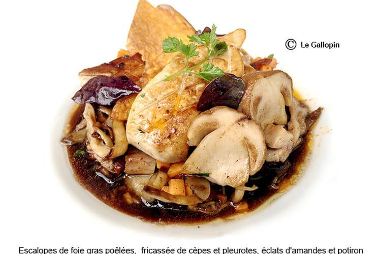Escalopes de foie gras poêlées fricassée de cèpes et pleurotes, éclats d'amandes et potiron