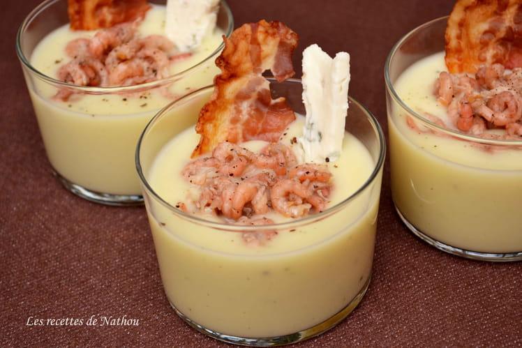 Verrines de velouté de pommes de terre au gorgonzola, crevettes grises et lard grillé