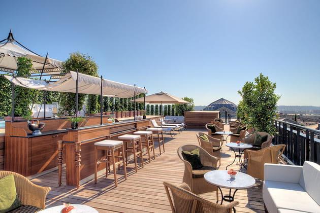Une terrasse Jacuzzi-bar