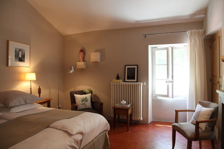 une chambre de charme la couleur sable pour une d co sobre et zen journal des femmes. Black Bedroom Furniture Sets. Home Design Ideas
