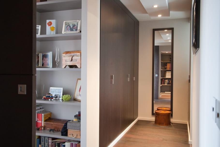 Accrocher un miroir pour agrandir le couloir for Miroir pour couloir