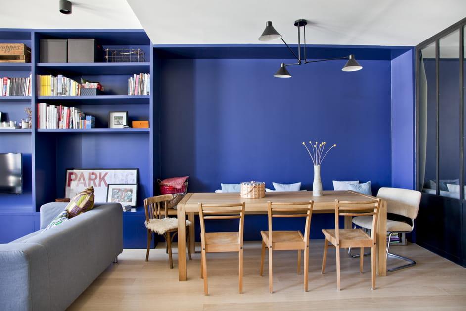 Une salle à manger entre bleu et bois