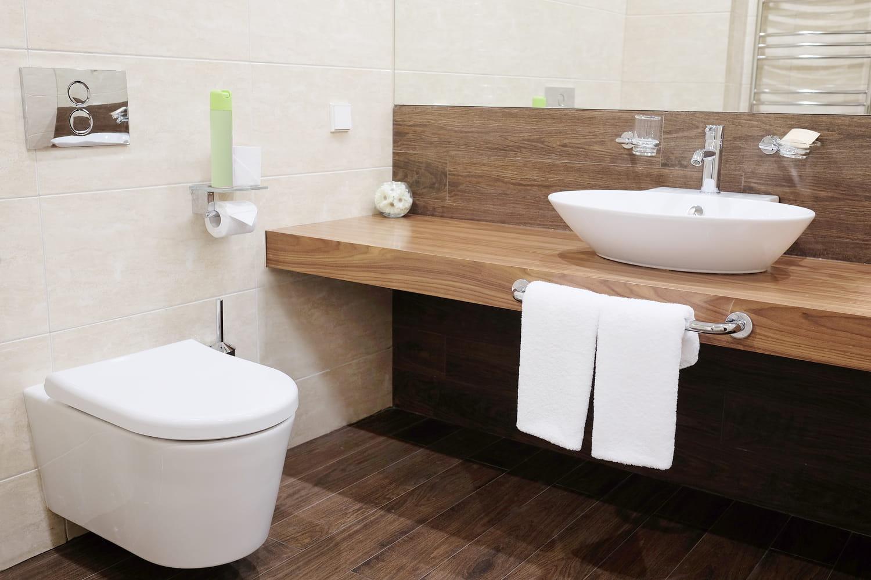 Toilettes suspendues: choix, installation et habillage