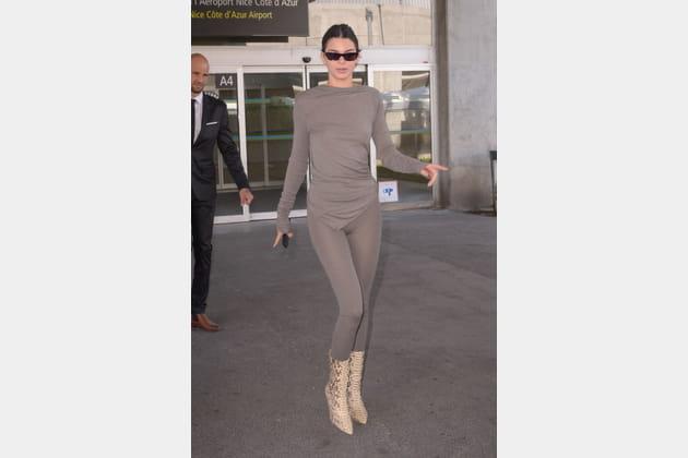 Kendall Jenner en tenue moulante taupe et boots python