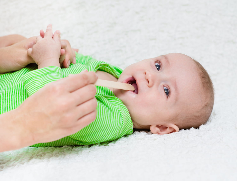 Bébé a la langue blanche: les causes possibles