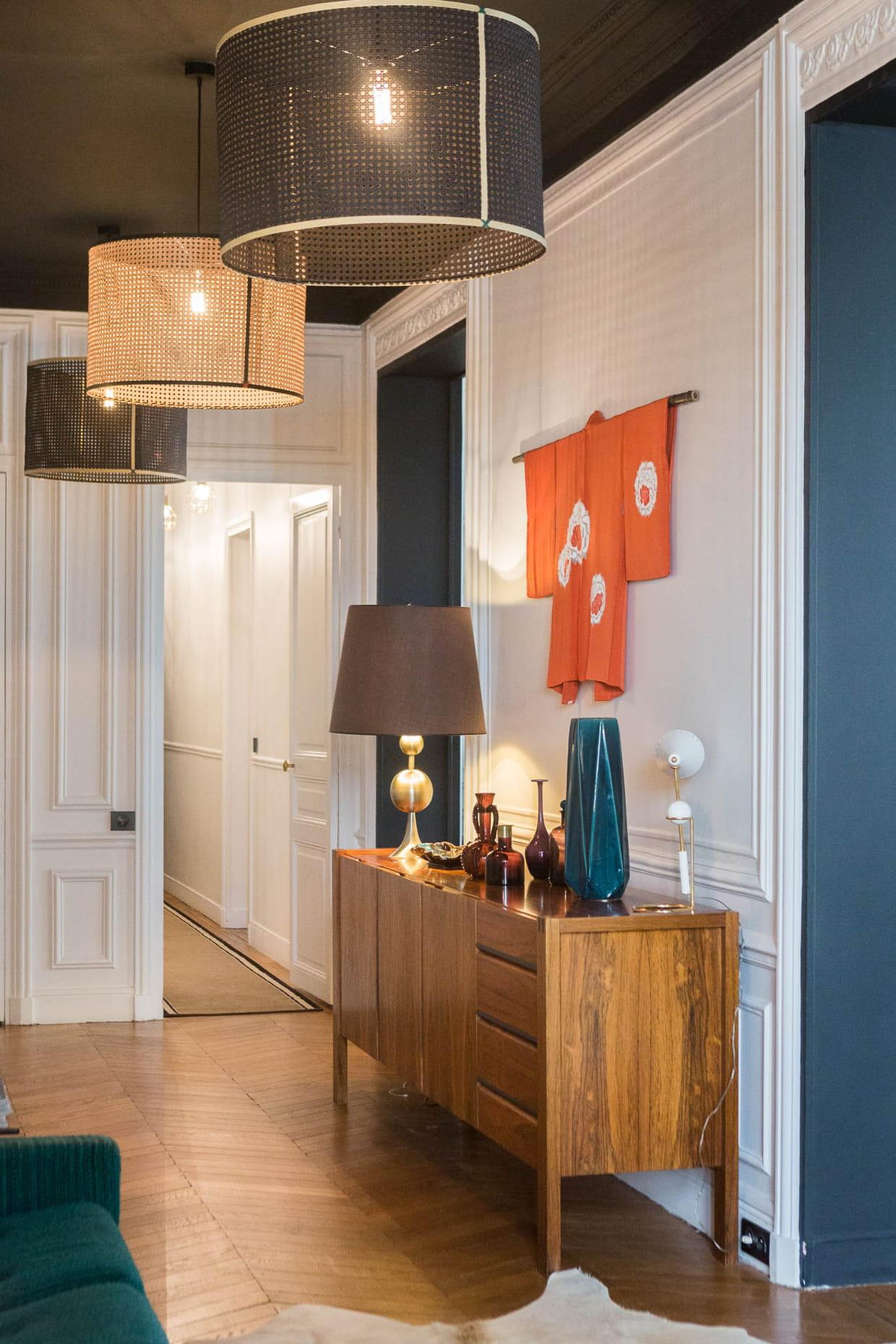 une entr e au plafond noir. Black Bedroom Furniture Sets. Home Design Ideas