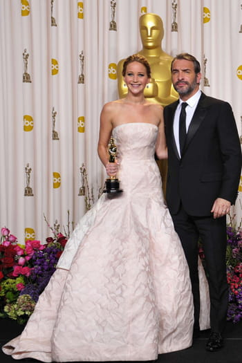 Jennifer lawrence debout et fi re avec oscar et jean for Dujardin vetements