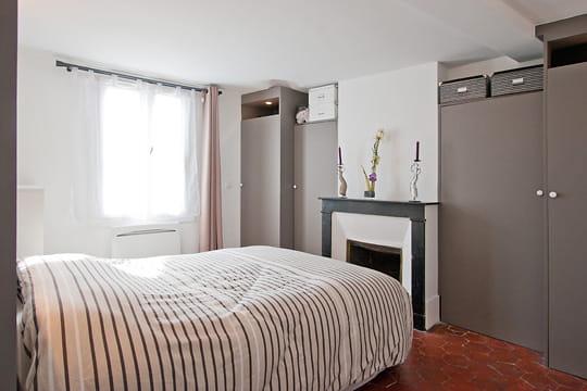 Une chambre avec beaucoup de rangements