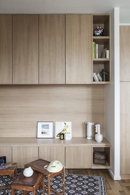 Du bois en monochrome pour les rangements du salon