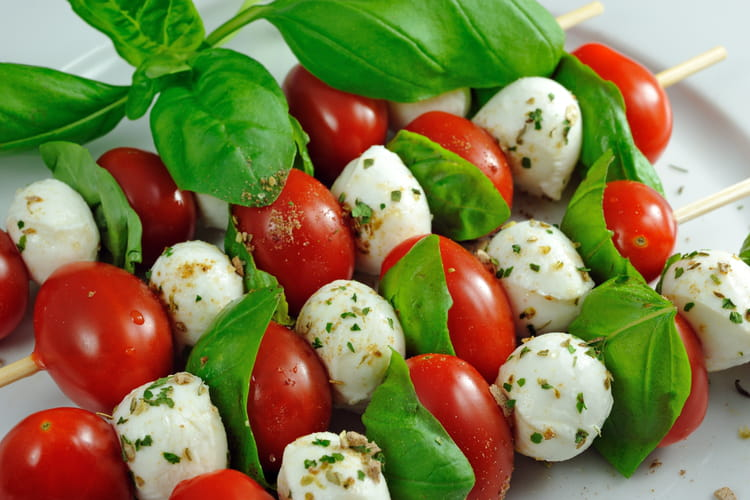 Mini brochettes apéritives de tomates, mozzarella et basilic
