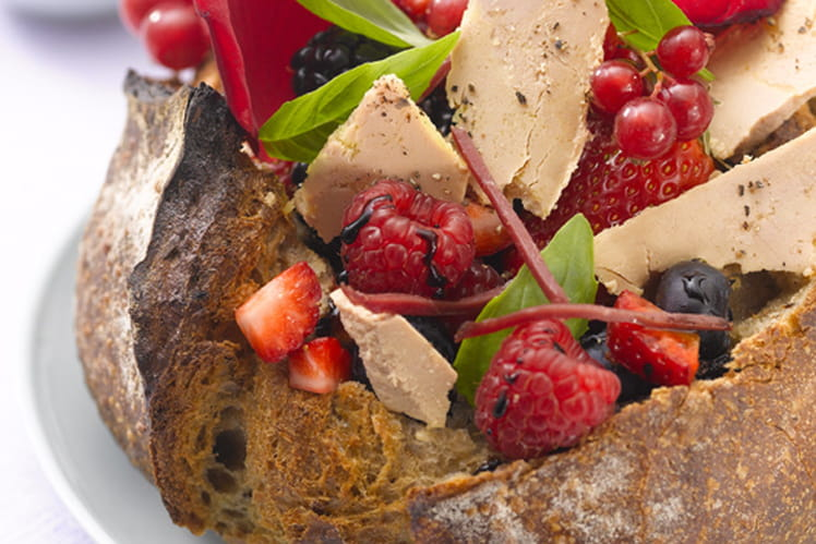 Tartine au foie gras, pétales de rose et fruits rouges