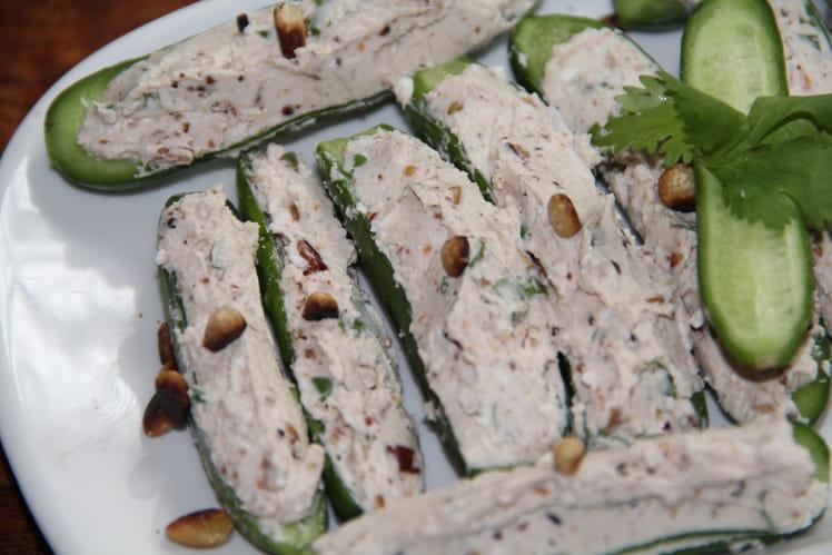 Mini concombres farcis chèvre frais, pignons, coriandre