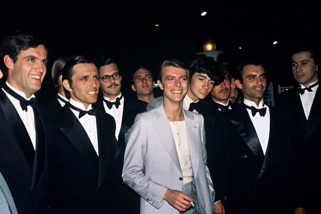 David Bowie, entouré de nœuds pap'